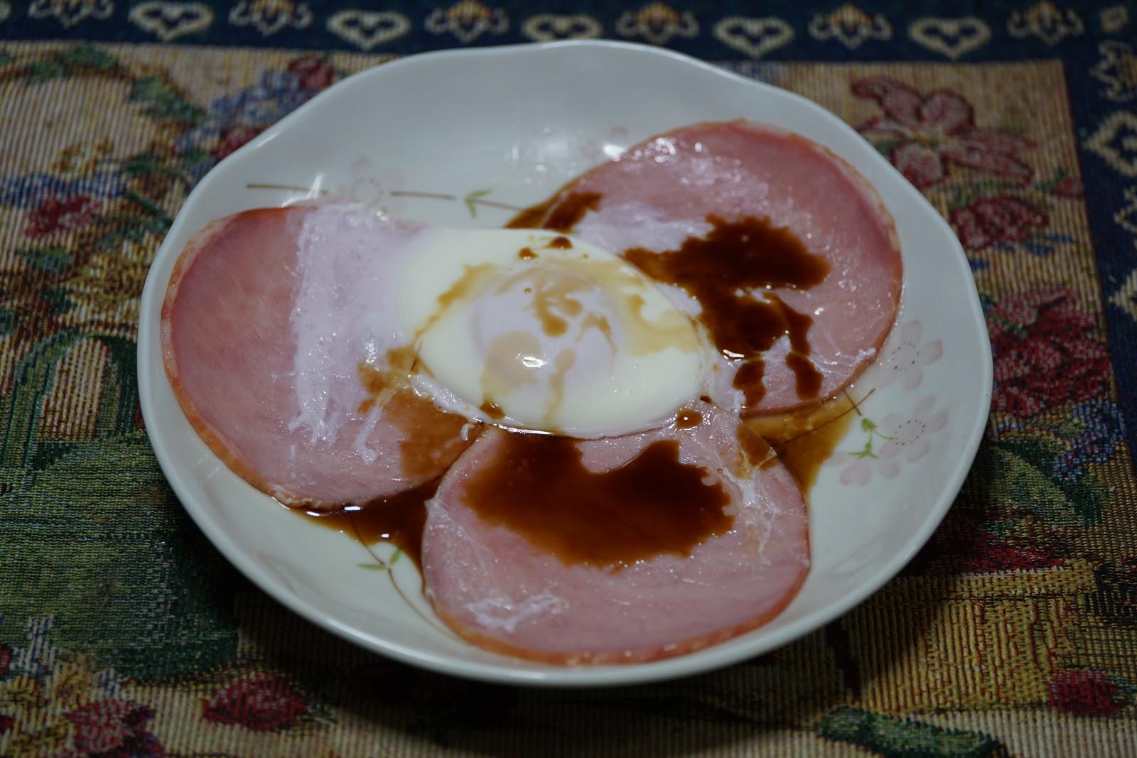 醤油のかかったハムエッグ