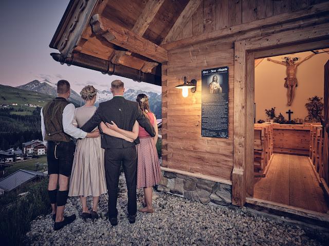 Bergkapelle, Sommerabend, Trachtenhochzeit im Zillertal, heiraten in den Bergen Tirol, Alpenweltresort Königsleiten, Dirndlbraut, Hochzeitsplaner Uschi Glas, 4 weddings & events, Hochzeitsfotografie Marc Gilsdorf, weddingstyled.com, Sommerhochzeit 2021