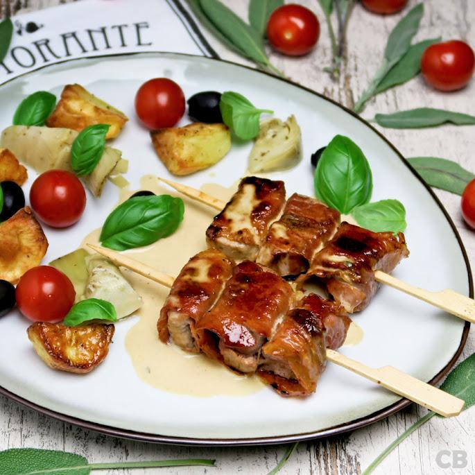 Recept: zo maak je zelf Italiaanse varkenshaasspiesjes met parmaham en salie in een romige wittewijnsaus!
