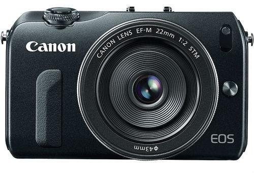 La Canon EOS M fotografata di fronte