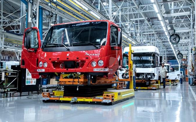 Mercedes-Benz também interrompe produção de caminhões no Brasil