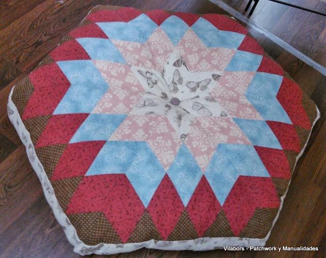 Puff de Patchwork con diseño de estrella en tonos roas, azul y rojo
