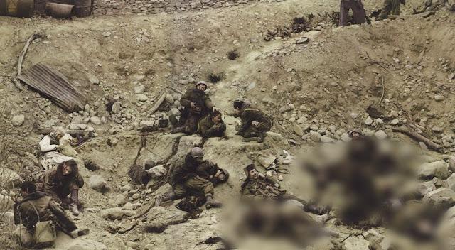 عنوان الصورة ( الجنود الموتى يتحدثون ) | المصور (جيف وول)