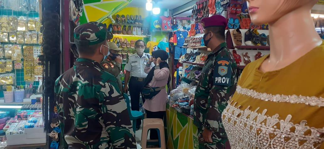 Kodim 0410/KBL bersama gugus tugas percepatan penanganan Covid-19, melaksanakan penegakan disiplin Protokol Kesehatan, di pasar Bambu Kuning