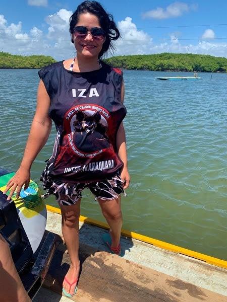 mulher em cima de uma balsa em um rio
