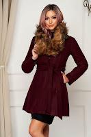 Palton visiniu din lana elegant in clos cu guler din blana