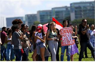 Manifestantes protestam contra bloqueio de verbas das universidades públicas em todo o país