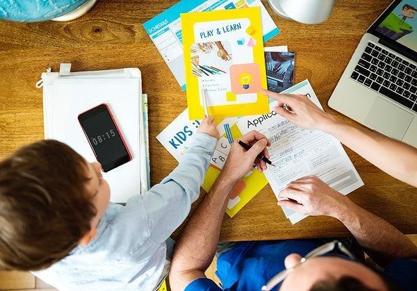 Criança estudando em casa
