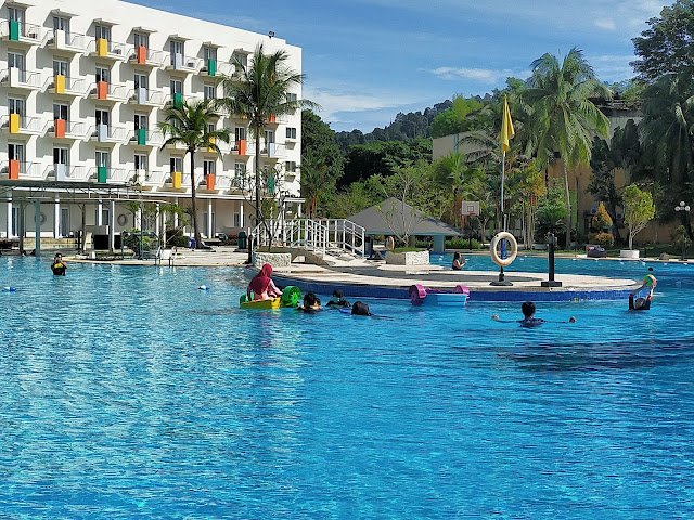 Kolam Renang Harris Resort Waterfront