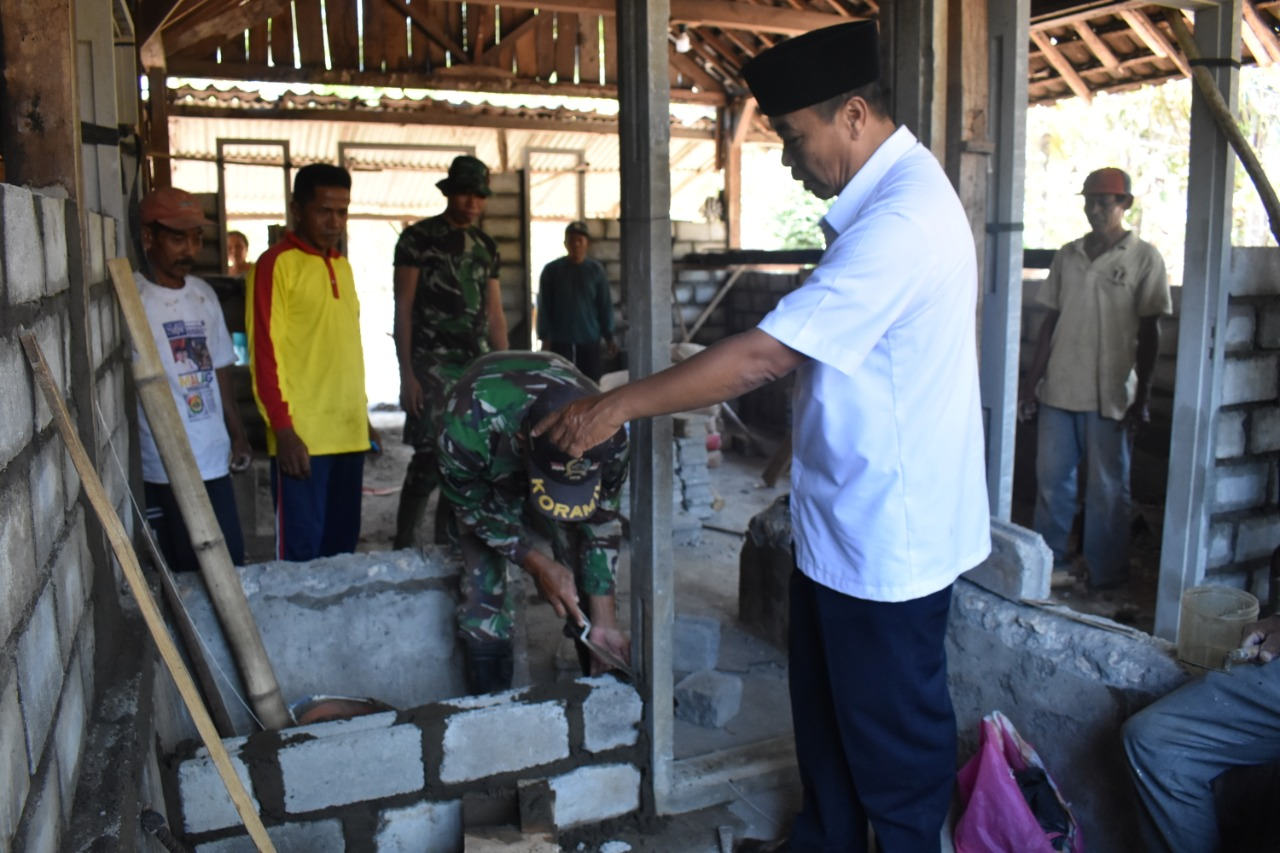 Kejar Target  RTLH TMMD 106,TNI Serius Pasang Batako