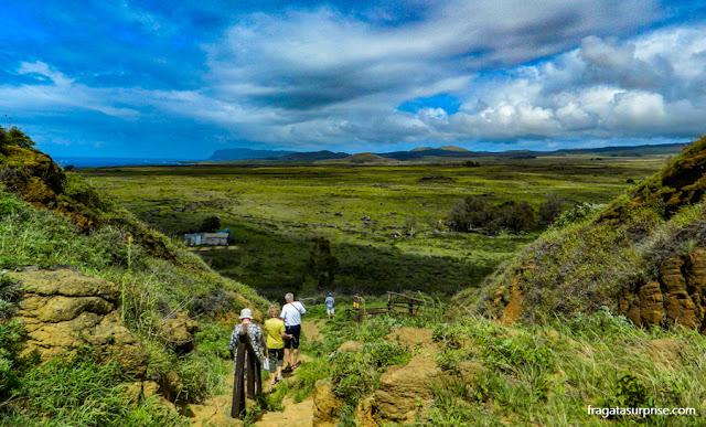 Trilha para a cratera do Vulcão Rano Raraku, na Ilha de Páscoa