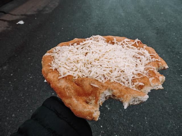 langos fritto con formaggio fuso