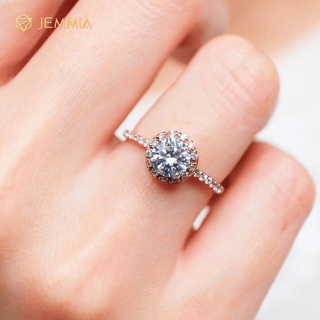 Nhờ có viên đá quý được gắn bên trên chiếc nhẫn trông càng lung linh hơn