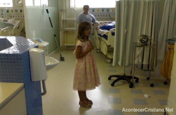 Niña cristiana ante enfermos de UCI de hospital