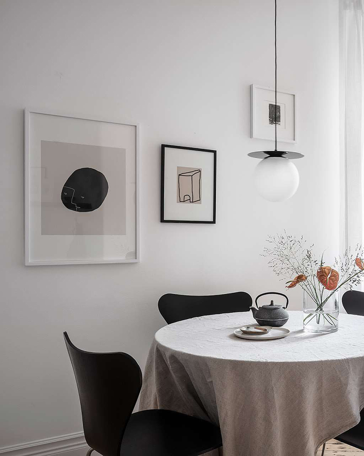 Bright and cozy scandinavian apartment with art prints from the exclusive collaboration of Studio Paradissi with The Poster Club. Styling GreyDeco via Alvhem.