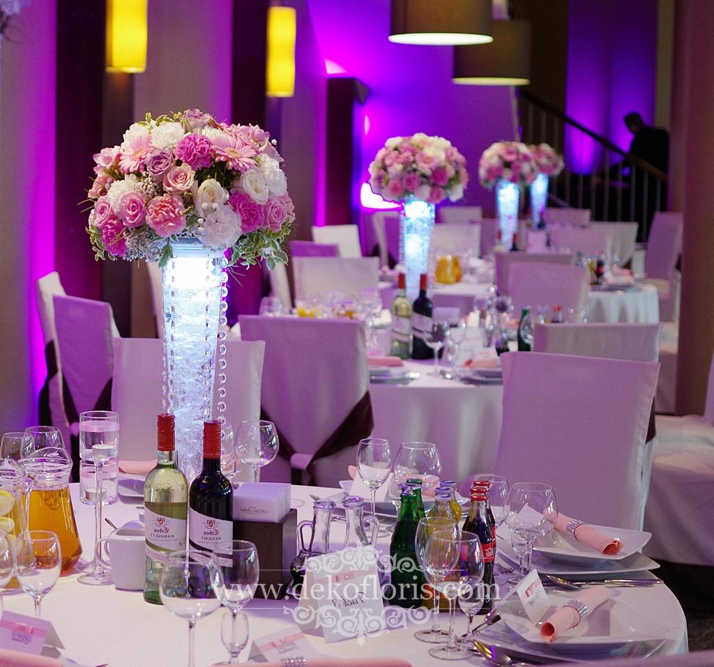 Różowe kwiaty na stoły - wesele Arkas Prószków