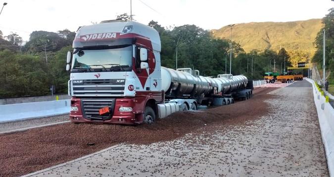 VÍDEO: Área de Escape na BR-376/PR evita acidente envolvendo carreta com 48 toneladas de ácido sulfúrico