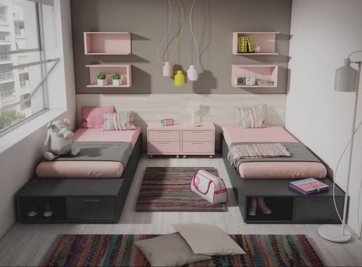 quarto pequeno para duas meninas com duas camas
