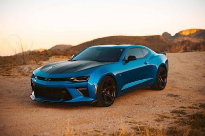 سيارة رائعة لونها أزرق جميلة