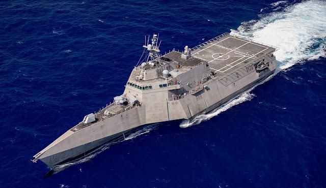 صورة تظهر السفينة الحربية الامريكية USS Gabrielle Giffords LCS-10 مسلحة بصواريخ NSM اثناء التجارب عليها