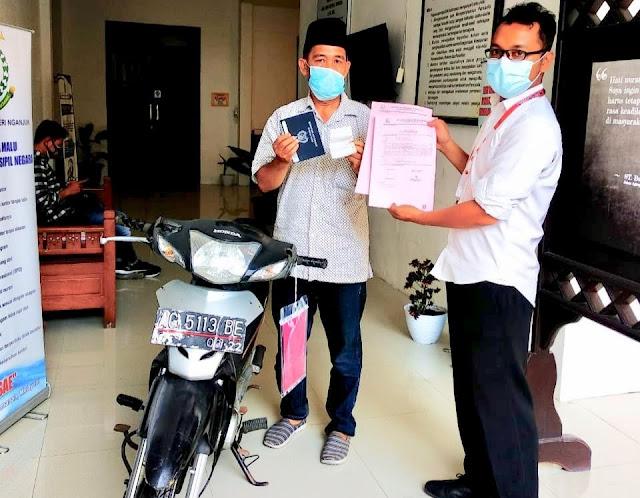 Caption: Petugas Kejari Nganjuk meyerahkan Motor Honda Supra Fit NF 100 SL ke pihak yang berhak pinjam pakai BB, Senin (7/6/2021).