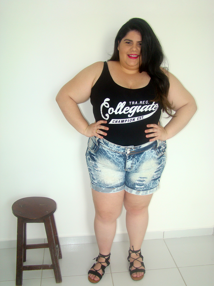 look plus size com body preto strappy gorda na moda estilo ootd curvy fashion short jeans destruido body de tiras gordinha