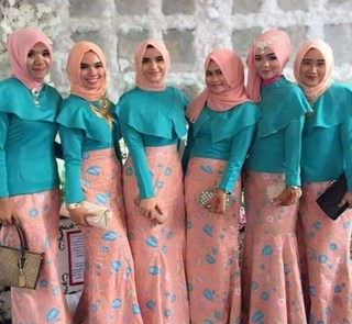 Baju Seragam Pesta Keluarga Muslim