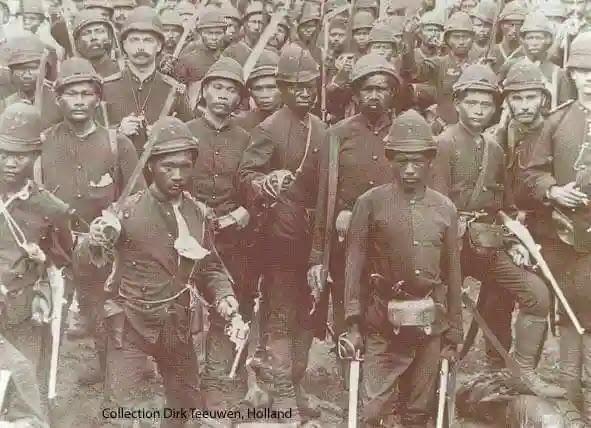 Seperti itu kah pemikiran pribumi di zaman kolonial yang menjadi centeng-centeng penjajah? Sehingga mereka tanpa beban ikut bergabung menjadi prajurit-prajurit Belanda untuk menghabisi sesama pribumi yang dianggap tidak mau diajak kerjasama oleh mereka.