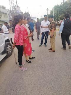 आज दिनांक 26.02.2020 को पुलिस अधीक्षक जालौन डॉ0 सतीश कुमार के निर्देशन में एण्टी रोमियो टीम महिला थाना उरई/महिला शक्ति मोबाइल टीम द्वारा स्कूल/कोचिंग सेंटर/भीड़ भाड़ वाले क्षेत्रों में छात्राओं को,उनकी सुरक्षा के प्रति जागरूक किया गया एवं संदिग्ध व्यक्ति को चेक किया गया ।    Today, on 26.02.2020, under the direction of Superintendent of Police Jalaun Dr. Satish Kumar, girls in school / coaching centers / crowded areas were made aware of their safety by suspicious Romeo Team Mahila Police Orai / Mahila Shakti Mobile Team and suspected persons Was checked on.