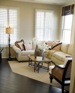 sala con sofá color beige