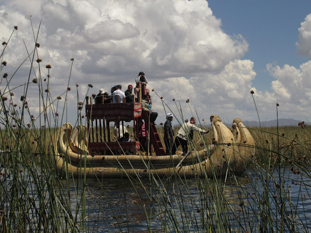 Wycieczka trzcinową łodzią w pobliżu Uros