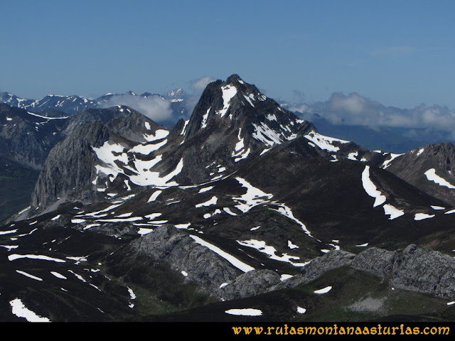 Ruta Les Rapaines, Lago Ubales, Cascayón: Vista del Pico Torres desde Les Rapaínes
