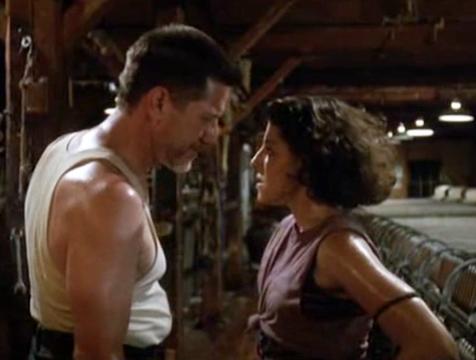 El capataz Warwick (Stephen Macht) y Jane Wisconsky (Kelly Wolf) en La fosa común, de Stephen King - Cine de Escritor