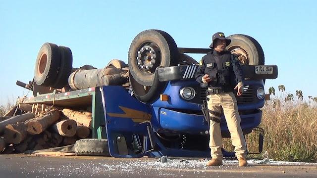 Caminhão carregado com madeira tomba na BR-364