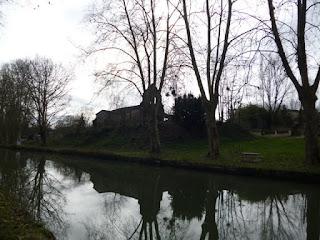 Pueblo en el margen del canal