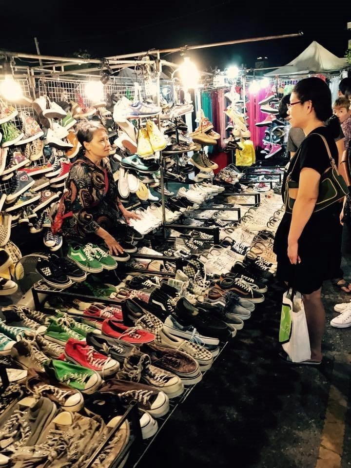 ขายอะไรดีตลาดนัด ขายรองเท้าผ้าใบ