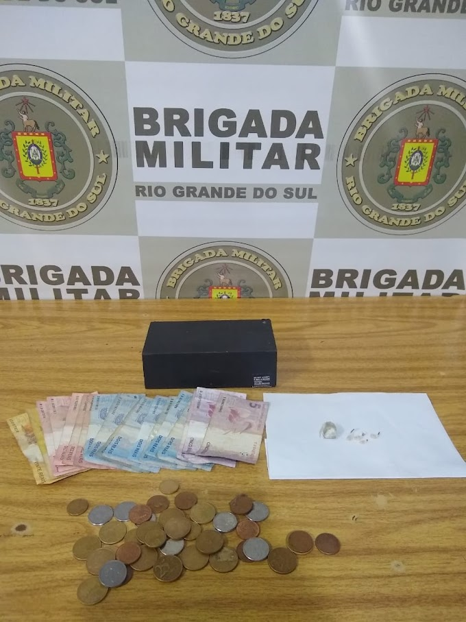 Mulher é presa por tráfico de drogas no bairro Tom Jobim em Gravataí