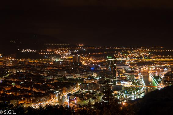 Bilbao de noche desde el monte Artxanda. Bilbao por una bilbaina