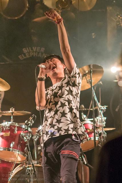 ライブハウスシルバーエレファントで撮影したバンドTRI-toNeのライブ写真