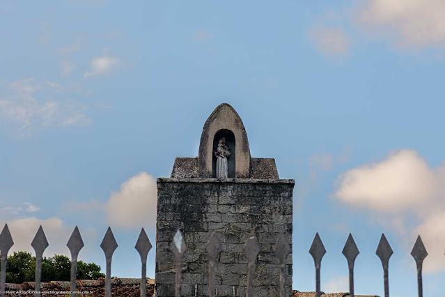 Detalhe de capelinha com Santo Antonio em casa na Rua Monte Castelo