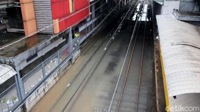 Jakarta Banjir, KRL Lumpuh & Stasiun Sudirman Tak Beroperasi