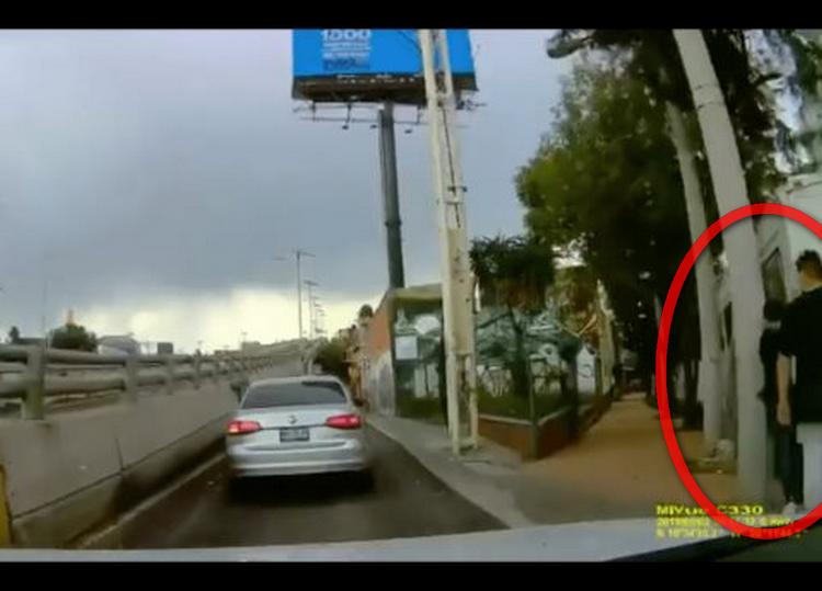 VIDEO: Automovilista logra huir de asalto frente a Papalote Museo del Niño