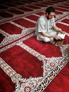 baca alquran sendirian di masjid