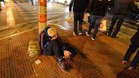 Φοιτήτρια είδε τον άστεγο πατέρα της και τον προσπέρασε χωρίς να του μιλήσει γιατί ντράπηκε❗❗❗ ΔΕΙΤΕ ΤΙ ΕΓΙΝΕ❗❗❗