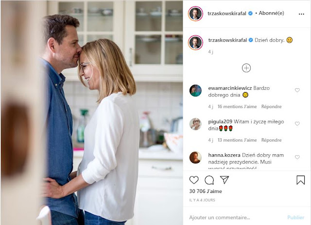 Rafał Trzaskowski stoi przytulony z żoną w kuchni ich domu