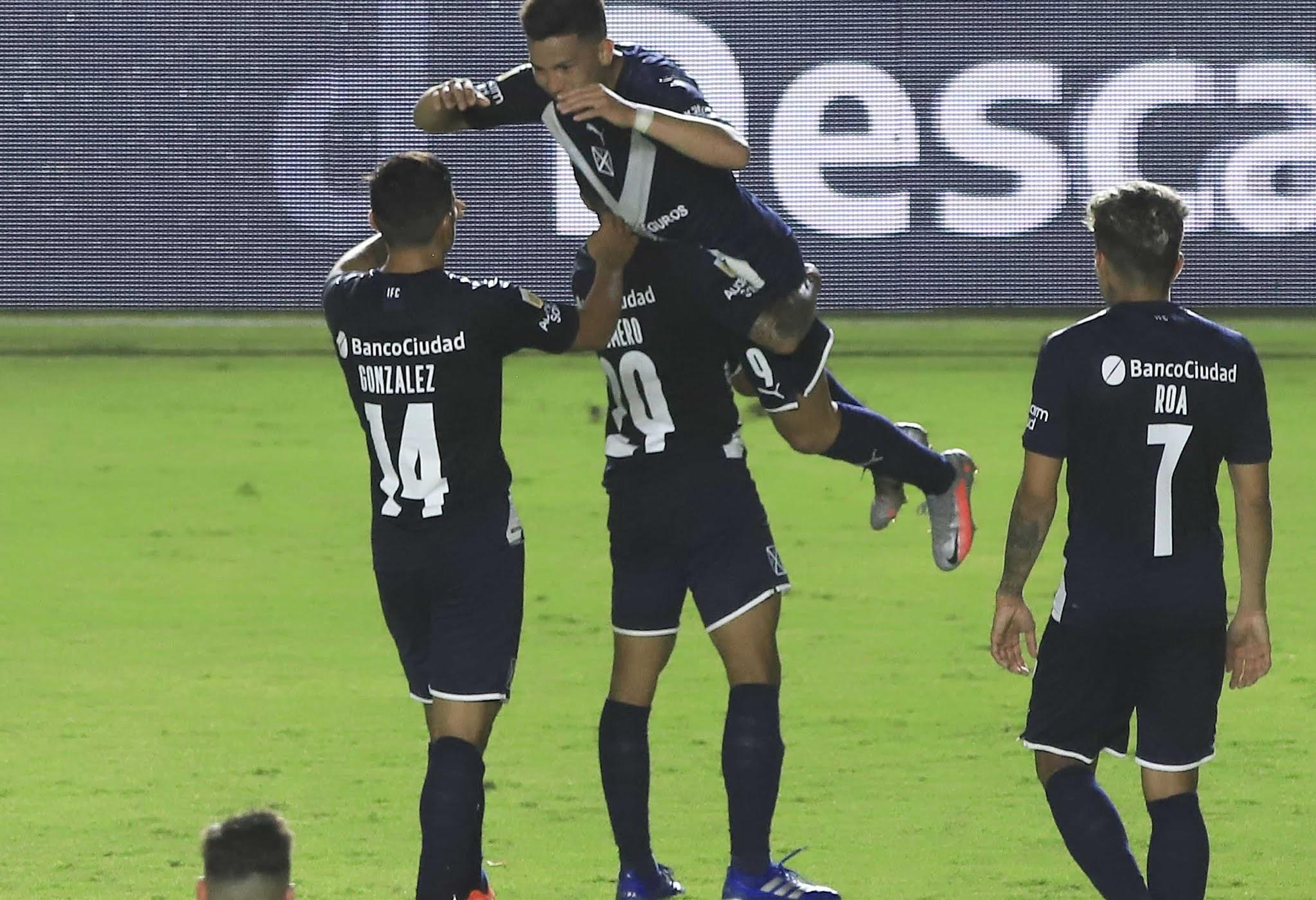 Independiente trabajó mucho para su primer triunfo y bajó a Argentinos de la punta