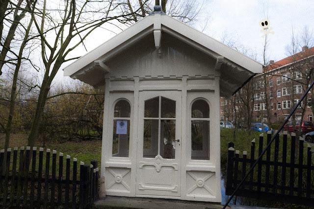 Casita blanca de la entrada a Huis te Vraag con su ya clásico poema adosado al cristal