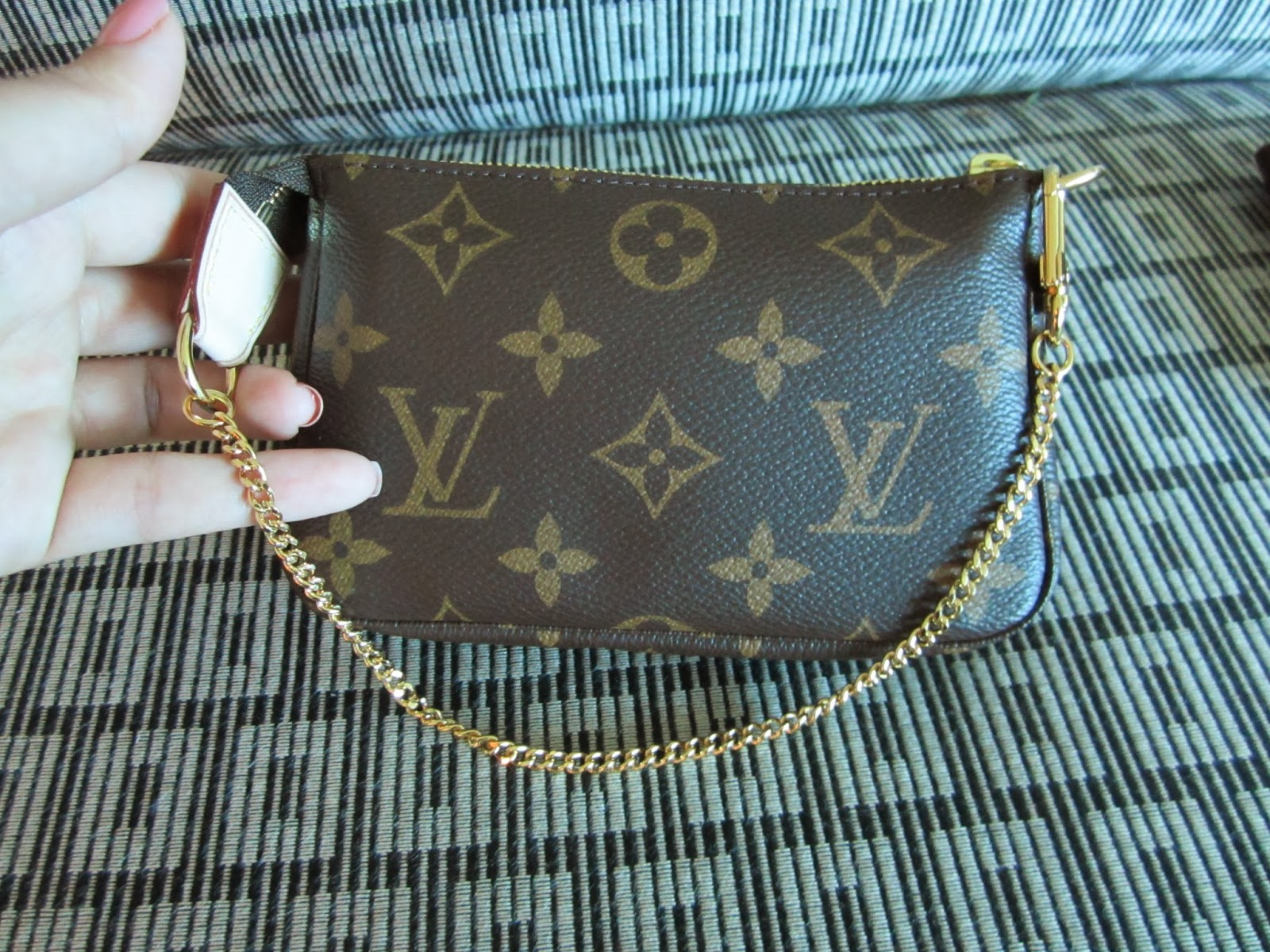 What I Put Inside The Louis Vuitton Mini Pochette In Monogram When Using It  As A a881e11f7bf00