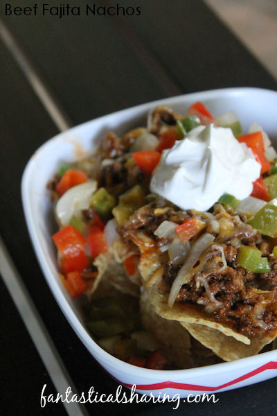 Beef Fajita Nachos // Who needs fajitas in a tortilla when you can have all the fixings on a bed of nachos! #recipe #beef #nachos