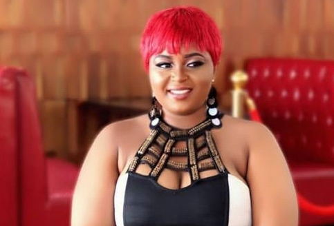 Badgirl-Nafisah-removes-pants-on-stage